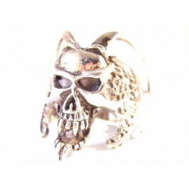 Stříbrný prsten lebka