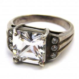 Stříbrný prsten s křišťály