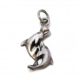 Stříbrný přívěsek delfíni