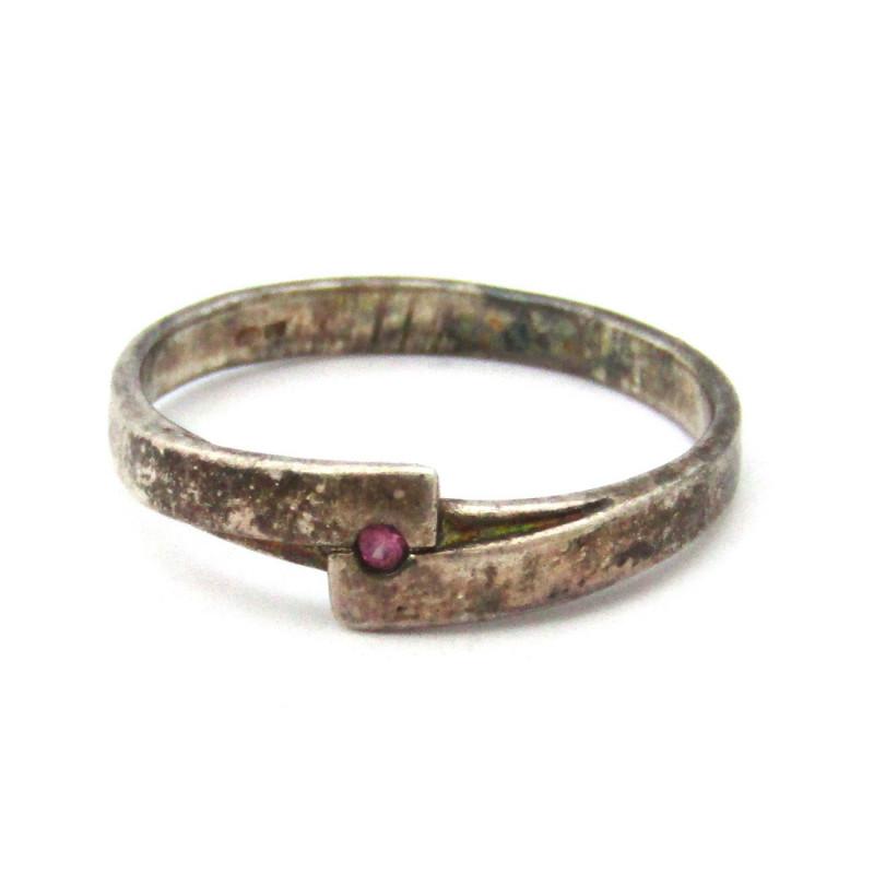 Stříbrný prsten s růžovým safírem