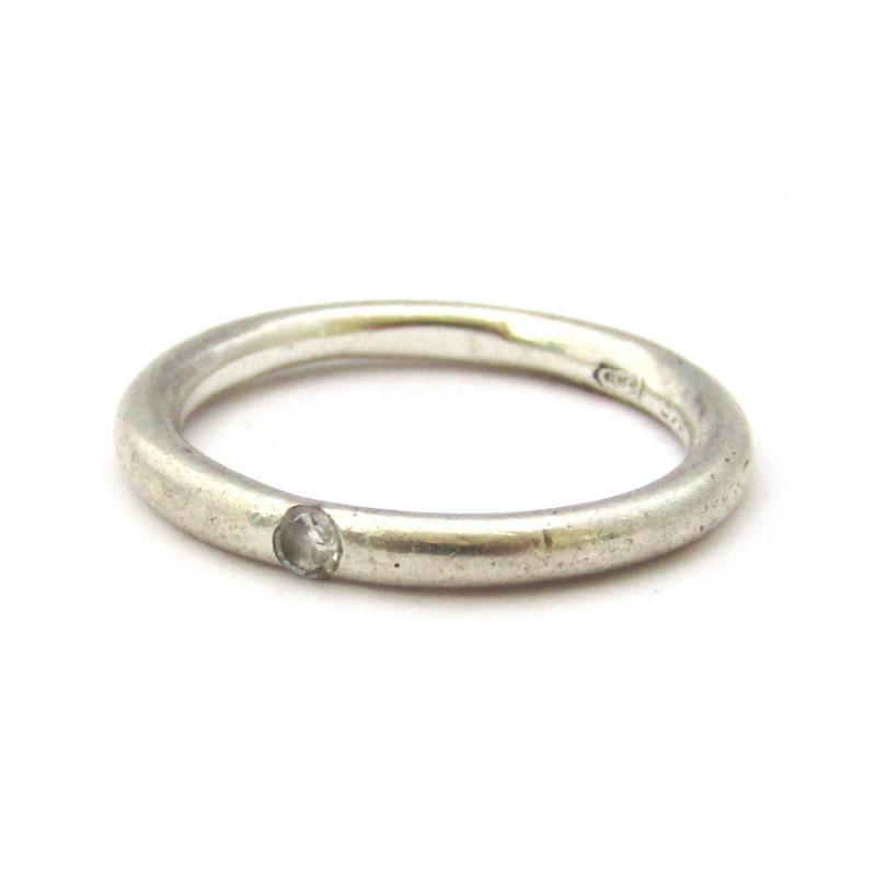 Stříbrný prsten s bílým safírem
