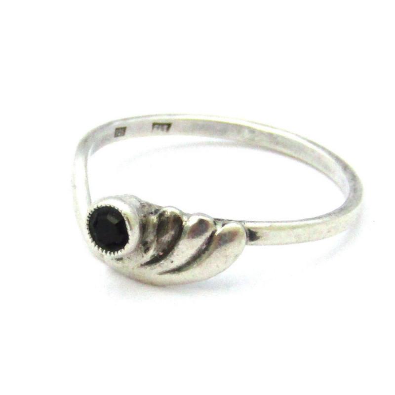 Stříbrný prsten s korundem