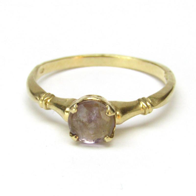 Zlatý prsten se safírem