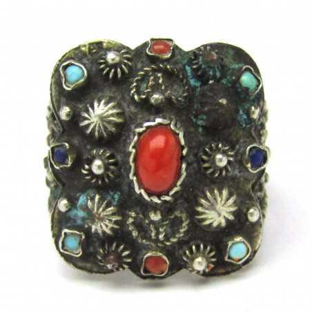 Stříbrný prsten s korálem