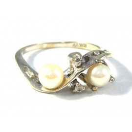 Zlatý prsten s perlami a diamanty