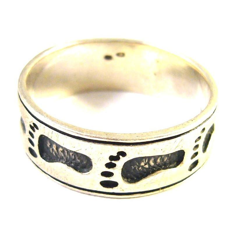 Stříbrný prsten se stopami
