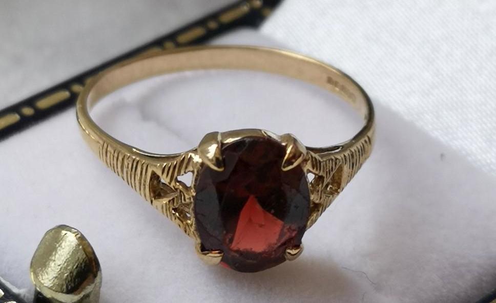 Prsten s granátem