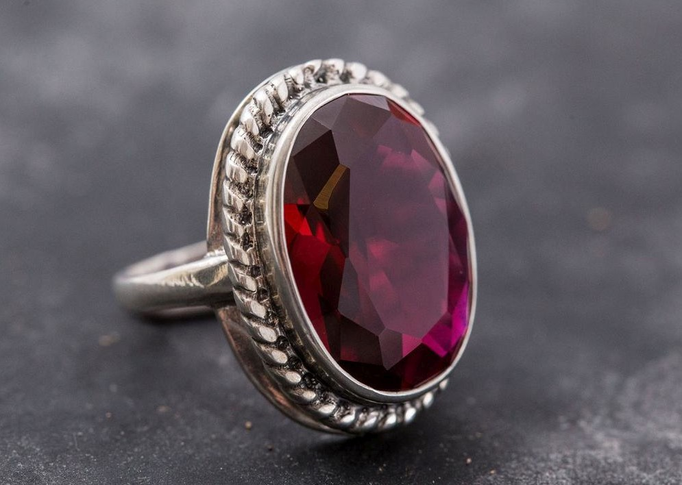 Prsten s rubínem